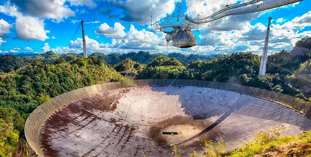 El radiotelescopio de Arecibo está equipado con un plato de 20 acres montado en el centro.