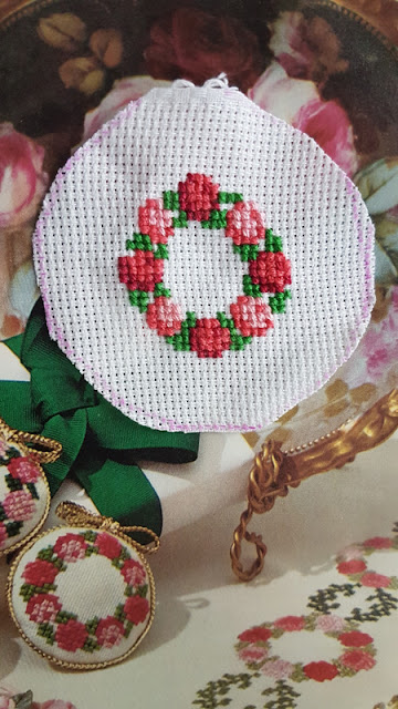 cross stitch, brooch, hand made, self made, brosche, handgemacht, kreuzstich, röslein, rosen, rose, cross stitch brooch, auris lothol