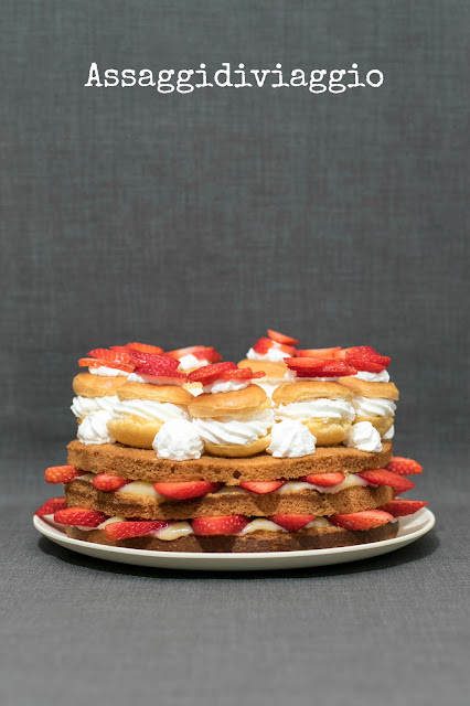 Naked cake crema pasticcera, panna e fragole