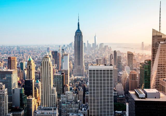 Манхэттен вид с вершины скалы. Эмпайр Стейт Билдинг и нижнем Манхэттене. Нью-Йорк Сити.