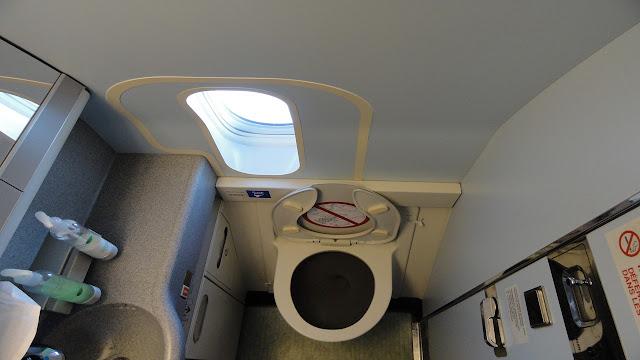 أين يذهب البراز في الطائرة، حمامات الطائرة السعودية، أضواء الطائرة، أين تذهب فضلات البشر، لماذا لا يستخدم الحديد في إطارات الطائرات، كم زر في الطائرة، أين تذهب فضلات الطائرة، طريقة استخدام حمامات الطائرة