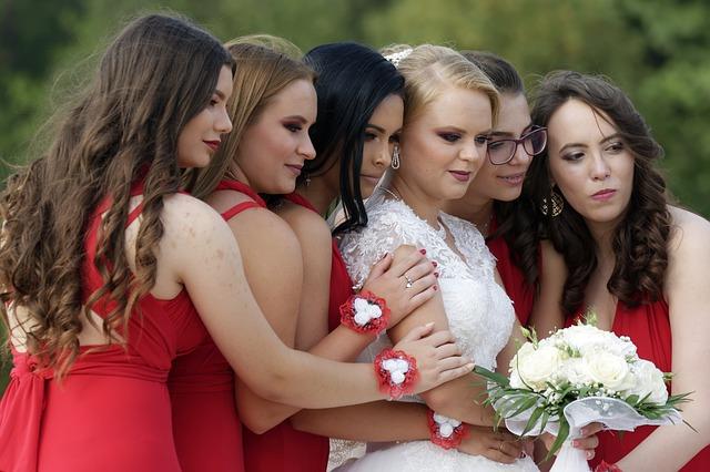 невеста и подружки в красных платьях