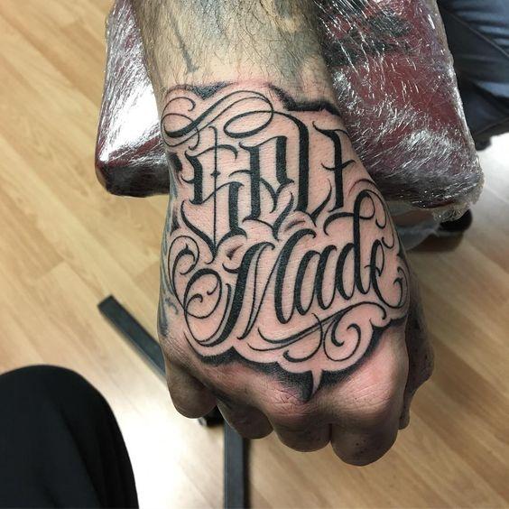 tatuagem masculina na mão e no braço masculino desenho