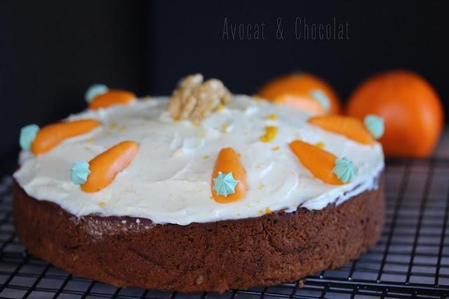 """alt=""""carrot cake recouvert d'un glaçage blanc et de carotte en massepain"""""""
