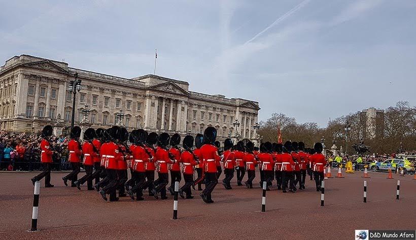 News Guards em direção ao palácio de Buckingham - Troca de guarda em Londres