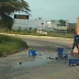 Carga de cerveja cai de caminhão na rotatória do Posto do BPRv