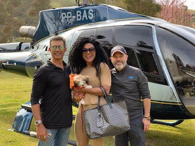 Marcos Pasquim, Simone Sampaio e Leonardo Bueno ao lado do helicóptero