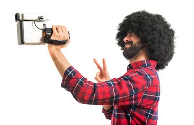 homem filmando a si mesmo