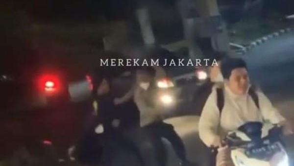Detik-detik Menegangkan Polisi Diserang Geng Motor Brutal di Cilandak