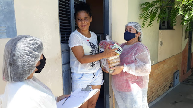 Prefeitura de Caraúbas entrega cestas básicas a famílias de baixa renda