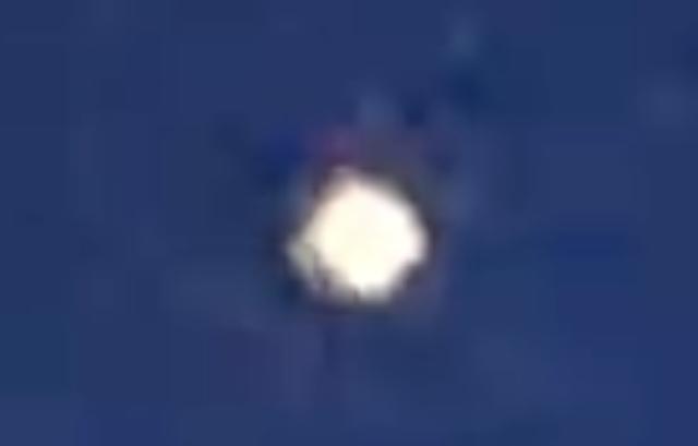 Esfera brillante sobre edificios en Badajoz, España, el 15 de febrero de 2021 2