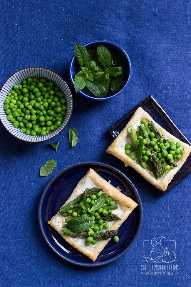 Tarty z ciasta francuskiego ze szparagami i zielonym groszkiem to wiosna na talerzu