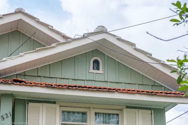 Casa de madeira com capelinha - detalhe
