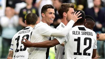 Cristiano Ronaldo comemora vitória da Juventus com Alex Sandro (Foto: Reuters)