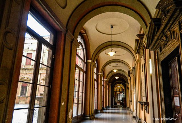 Corredor de um edifício histórico da Universidade de Bolonha