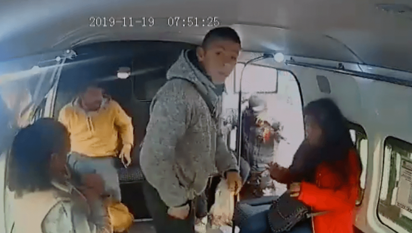 "Video; Ladrón exige a niña que ""No chille"" durante asalto a combi en Iztapalapa de la CDMX"