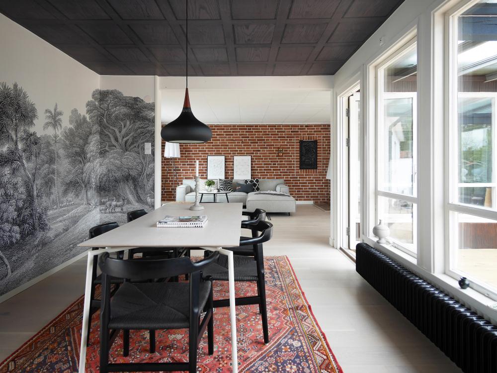 Sufit pomalowany na czarno