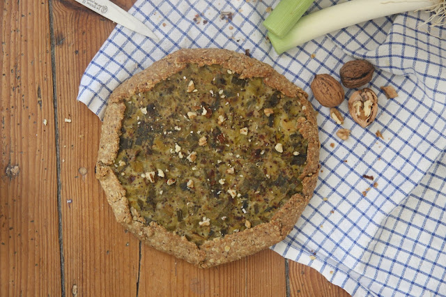 Cuillère et saladier : Tarte rustique aux poireaux, moutarde à l'ancienne et noix (vegan)