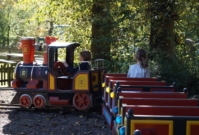 Die Tolk-Schau: Ein spannender Familien-Freizeitpark für Groß und Klein. Fahren mit der Bimmelbahn für Kinder.
