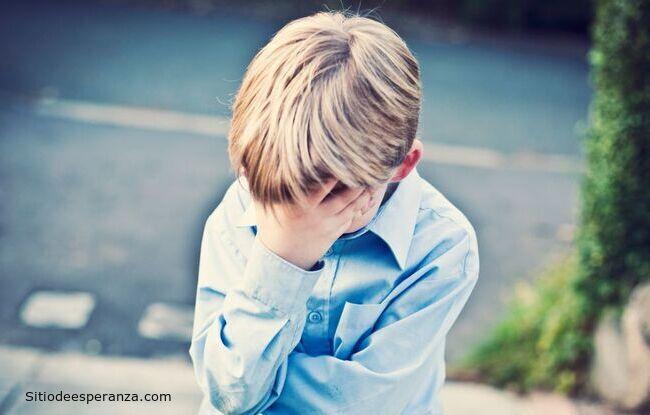 Niño avergonzado durante clases en la escuela
