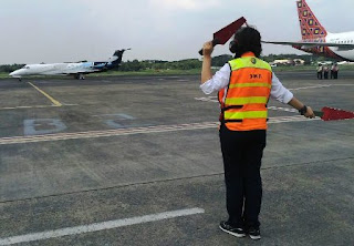 Mengenal Profesi Marshaller atau Juru Parkir Pesawat Terbang