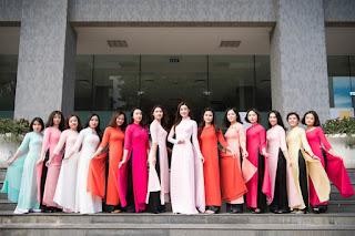 Hoa hậu Mỹ Linh diện áo dài, nhí nhảnh bên bạn bè trước khi lên đường thi Miss World 2017