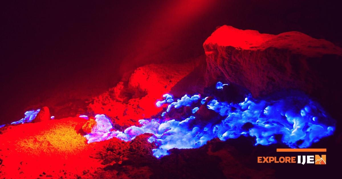 gunung dan kawah ijen dengan api biru elektriknya