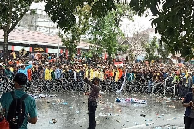 Demo di Padang Ricuh, Ketua DPRD Sumbar Dilempari