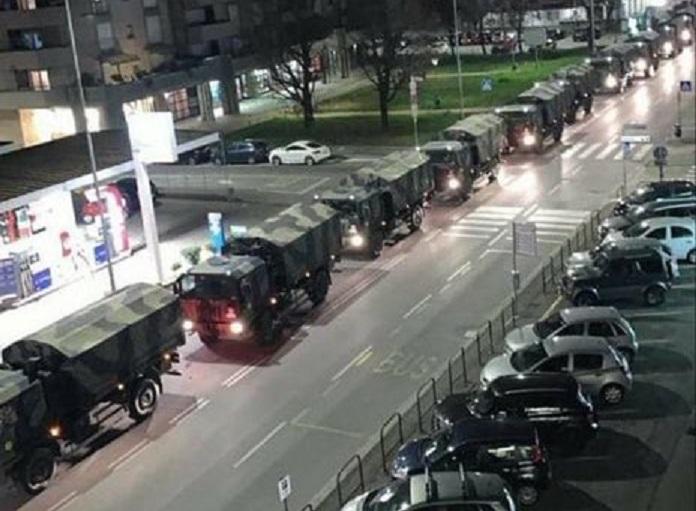 Caminhões militares transportam mortos, na Itália. Março de 2020. Ao que consta, não somente não há leitos suficientes para cuidar dos infectados, como também não há cemitérios em escala para dar conta do momento crítico.