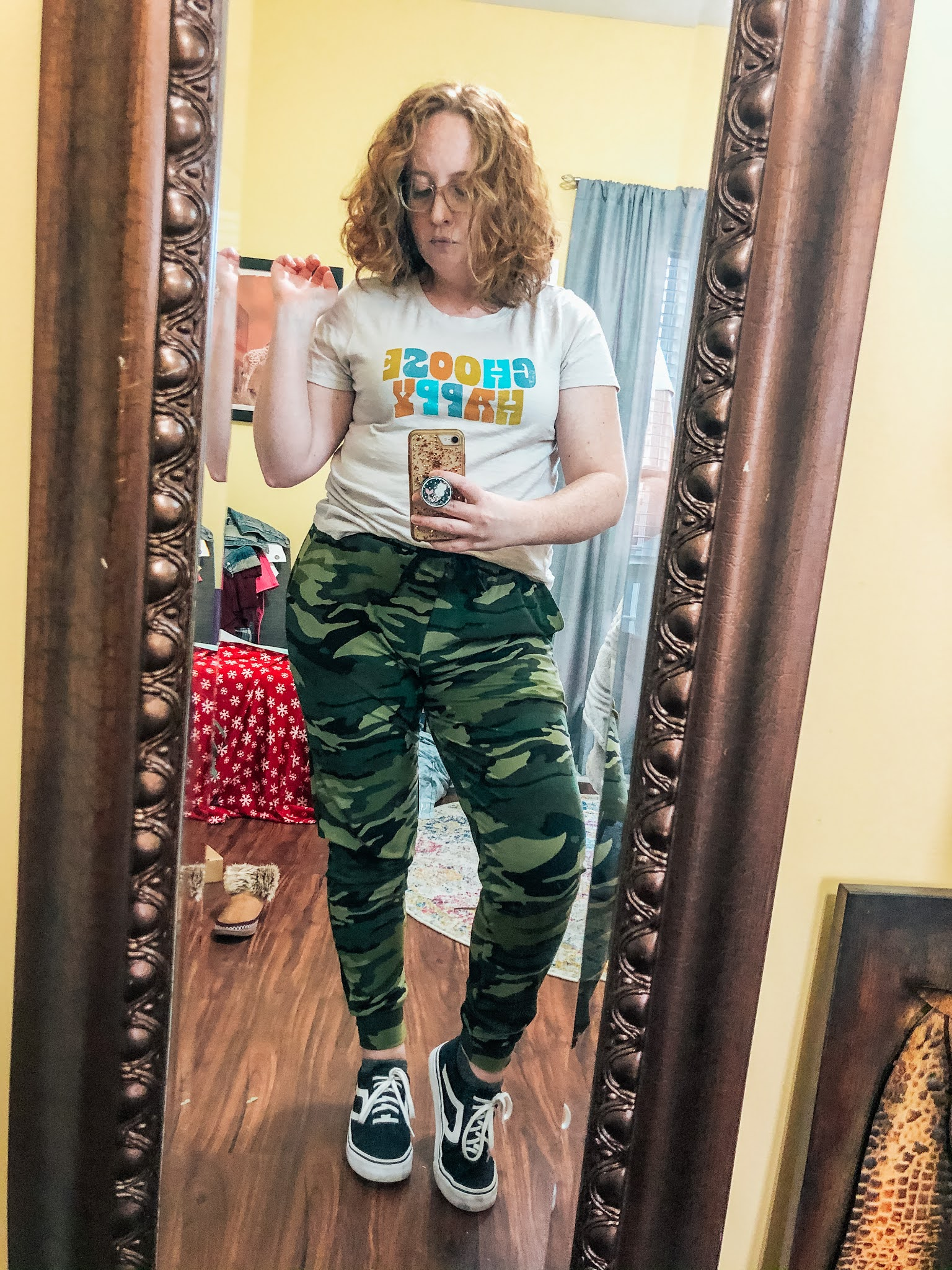camo-joggers-graphic-tshirt-sneakers