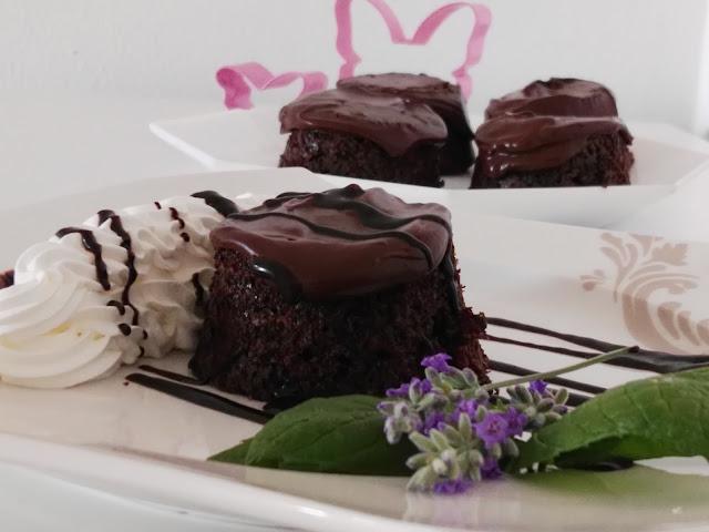 Schokoladenkuchen oftmals mit Vanilleeis serviert
