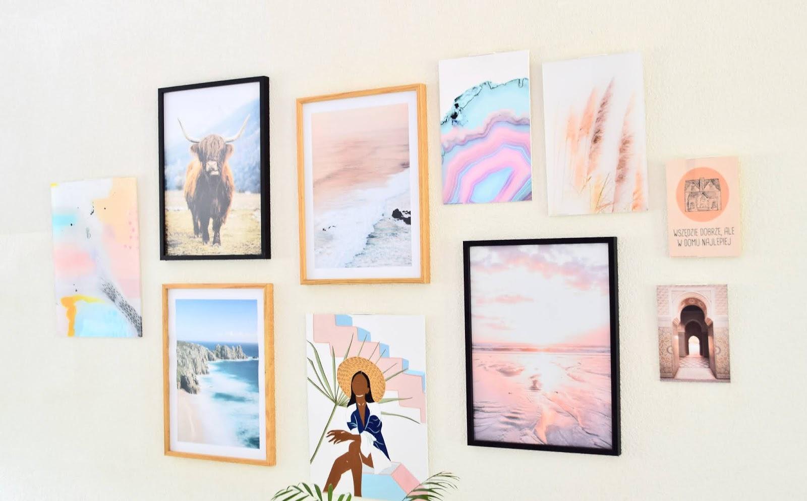 galeria zdjęć na ścianie w salonie