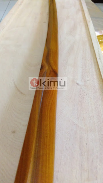 Bilah (nagasa) bokken atau pedang kayu sawo dengan mata kayu (tampak samping kiri)