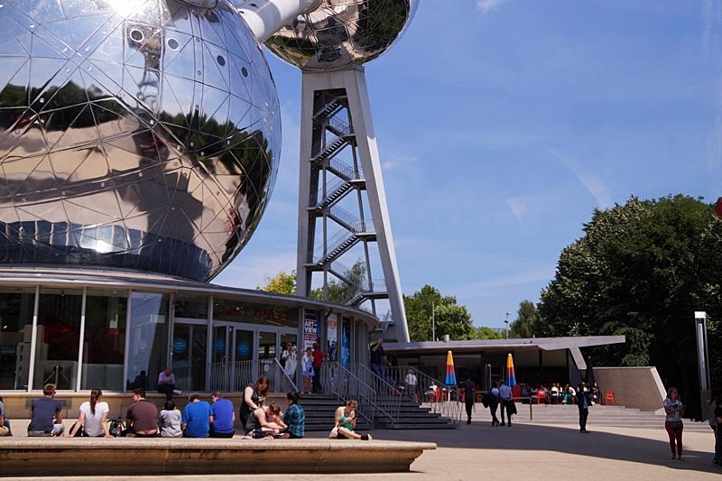 Fuß des Atomiums Brüssel im Sommer vor blauem Himmel