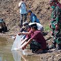 Danpos Gilireng Kodim 1406 Wajo, Ikut Bersama  Bupati Wajo Menyerahkan Bantuan  Bibit  Ikan Mas Untuk Kelompok Tani