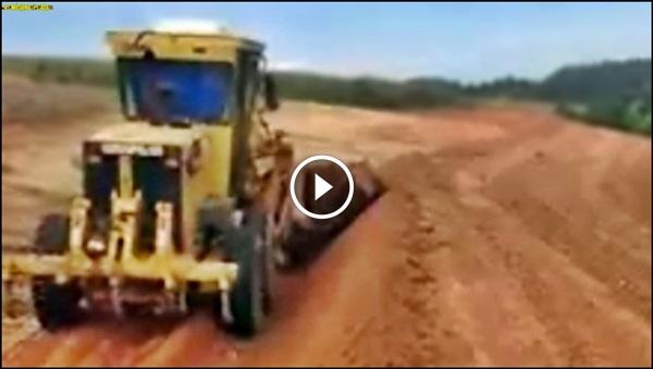 motoniveladora nivelando o terreno