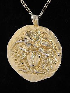 colgante del gorgoneion, un amuleto que se creia proteje contra el mal