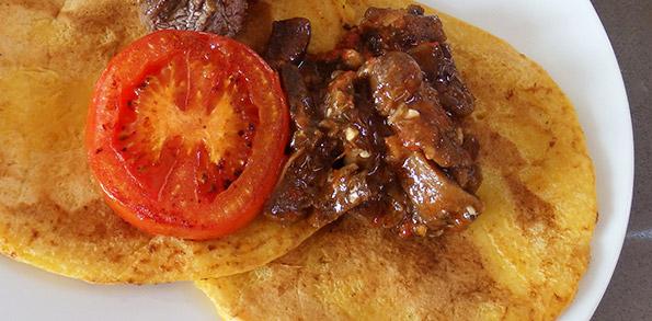 Tortitas de calabaza con setas y tomate