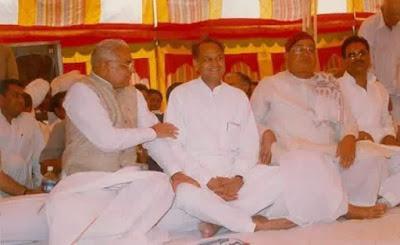 बिश्नोई समाज के खुले अधिवेशन में बिश्नोई रत्न चौ. भजनलाल  व गहलोत के साथ राम सिंह बिश्नोई 'साब'