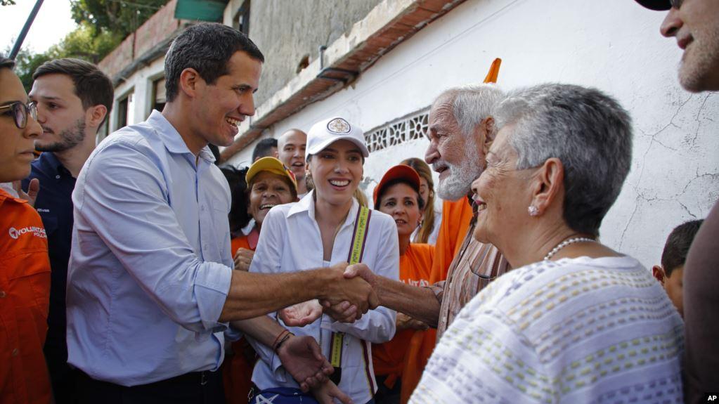 El presidente interino de Venezuela, Juan Guaidó, saluda con seguidores en la municipalidad de El Hatillo, Caracas, el sábado 14 de septiembre de 2019 / AP