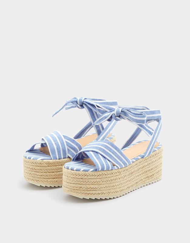 https://www.pullandbear.com/lu/femme/chaussures/derni%C3%A8res-nouveaut%C3%A9s/sandale-compens%C3%A9e-foulard-c739503p500676008.html