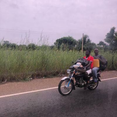 en moto sin casco ghana