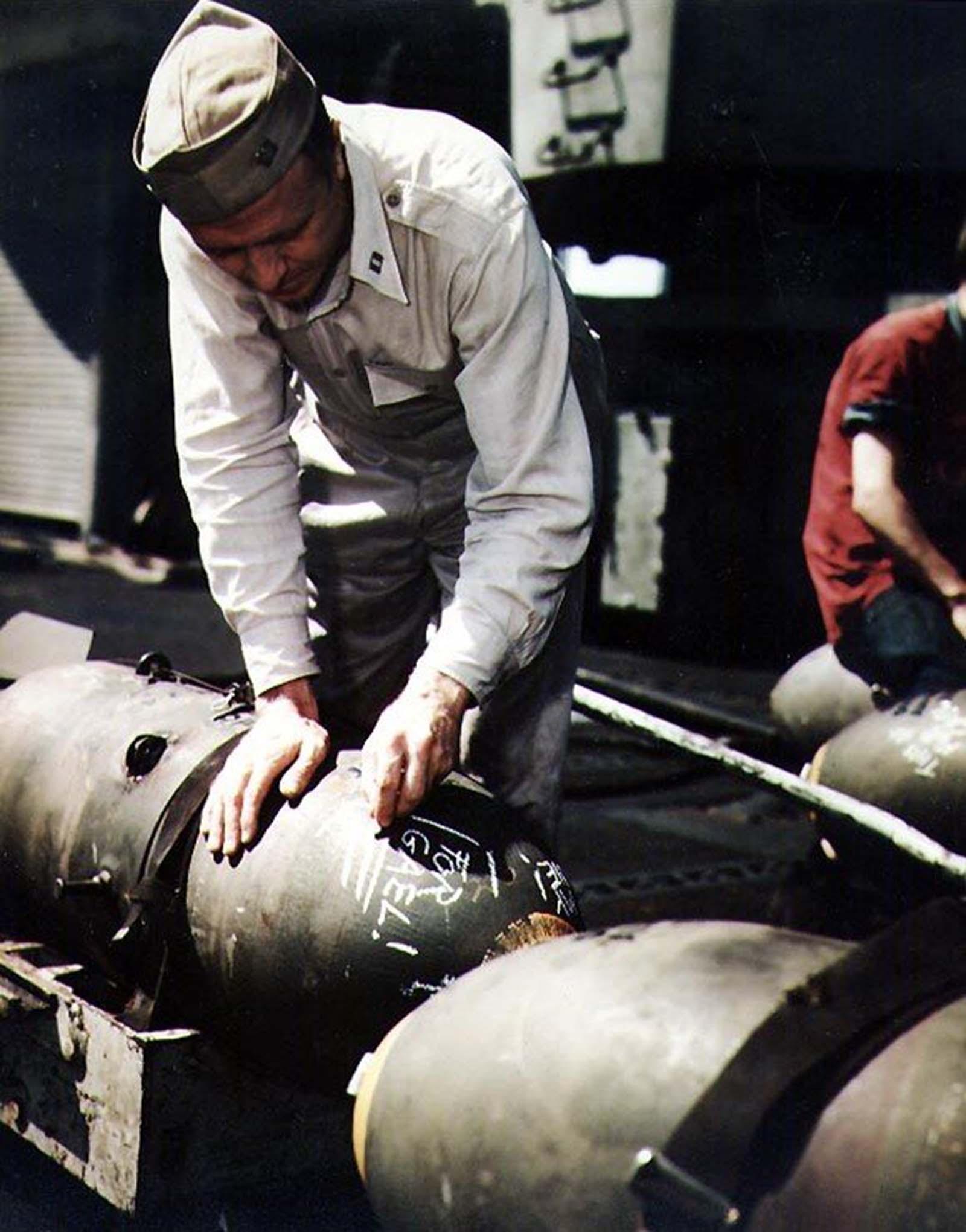 Az amerikai haditengerészet USS Bennington repülőgép-hordozójának tengerésze bombát ír fel