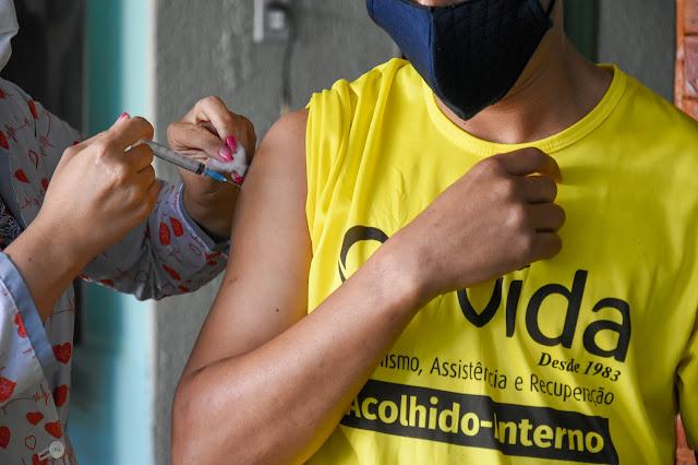 Moradores em situação de vulnerabilidade social, acolhidos em abrigos, são vacinados contra o Covid-19