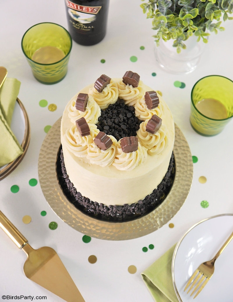 Gâteau au chocolat et son glaçage au lait sucré concentré et au Baileys - recette délicieuse et facile à faire, parfait pour la Saint-Patrick! by BirdsParty.com @birdsparty #gateau #recette #layercake #baileys #glacage #decorationdegateaux #cakesedign