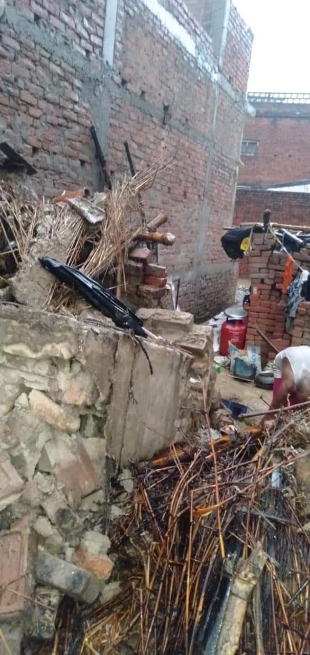 मानसूनी बारिश ने उजाड़ी गृहस्थी: जमींदोज हुई दो रिहायशी झोपड़ियां