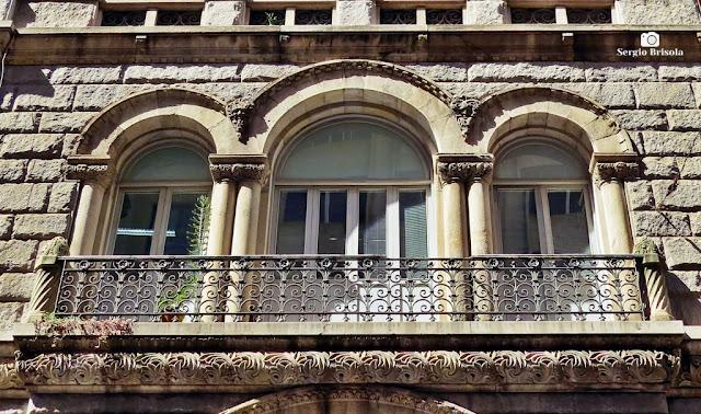 Close-up com detalhes da fachada do Edifício Brasilianische Bank für Deutschland - Centro - São Paulo