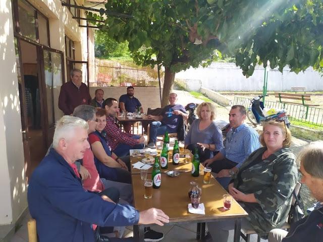 Στην Τοπική Κοινότητα Βουβοποτάμου συνέχισε ο Δήμαρχος Πάργας κ. Ζαχαριάς την άμεση επικοινωνία του με τους πολίτες την Κυριακή 18/10. Μαζί με τους Αντιδημάρχους Δημήτριο Μάρκου και Δημήτριο Μπούσιο και τα μέλη του Τοπικού Συμβουλίου συζήτησαν σχετικά με τα προβλήματα της περιοχής και τις λύσεις που έχουν δοθεί, καθώς και όσες έχουν δρομολογηθεί. Ακολούθησε μια γόνιμη συζήτηση με τον λόγο να δίνεται σε όλους τους συμμετέχοντες οι οποίοι μπόρεσαν άμεσα να εκφράσουν τους προβληματισμούς και τις προτάσεις τους.