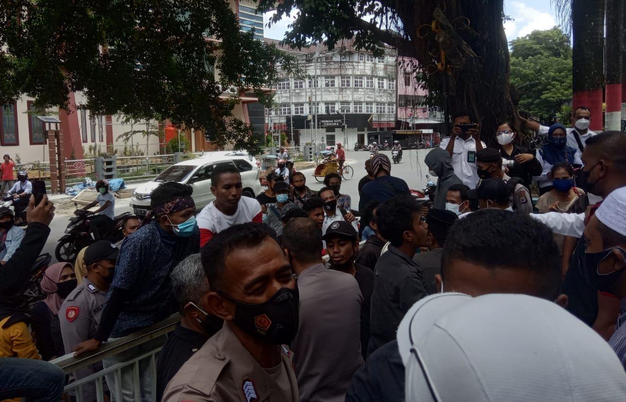 Sering Padam Ketika Waktu Ibadah Ramadhan, Kantor PLN Provinsi Maluku & Malut Diserbu Warga