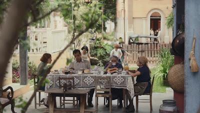 Família de Olga (Maria Eduarda de Carvalho) toma café da manhã em Itapetininga em 'Éramos Seis' — Foto: Globo